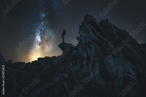 Obraz Wanderer bei Nacht auf einem Berg - fototapety do salonu