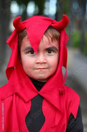 Photo  niño disfrazado de demonio con cuernos con cara de malo