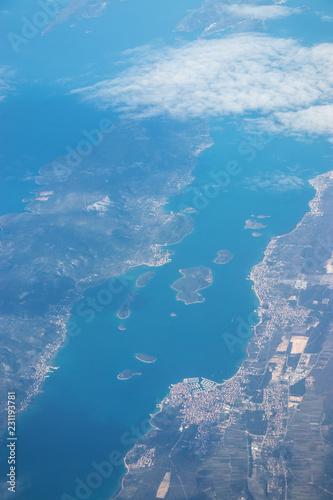 Foto op Canvas Blauwe jeans Foto aerea, paesaggio mare e terra con il cielo in orizzonte