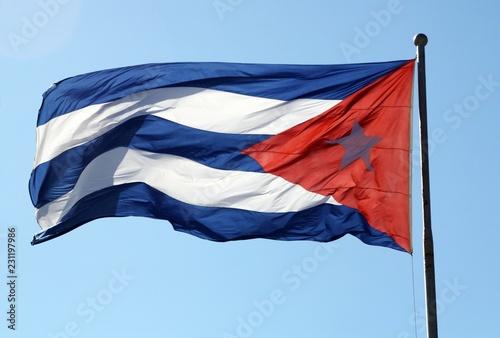 Bandera de Cuba en cielo azul. Wallpaper Mural