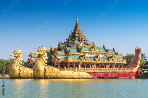 Foto  Karaweik Palace in Kandawgyi Royal Lake, Yangon, Myanmar.