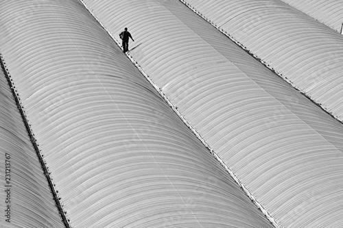 Hombre caminando sobre el techo de un invernadero de Almería