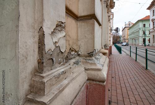 Fotografía  Schrottimmobilie - Beschädigte Bausubstanz an einem Haus in Szeged, Ungarn