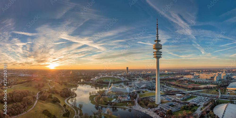 Fototapeta Der Olympiapark in München als Luftaufnahme einer Drohne zum Sonnenuntergang im Herzen von München