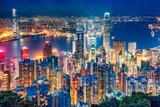 Sceniczny widok nad Hong Kong wyspą, Chiny, nocą. Wielokolorowa nocna linia horyzontu z oświetlonymi wieżowcami widzianymi z Victoria Peak