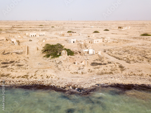 Fotografija  Ruined ancient old Arab pearling and fishing town Al Jumail, Qatar