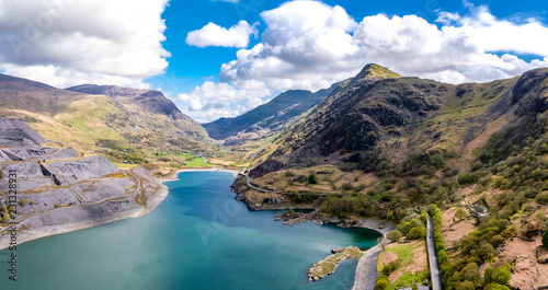 Photo Aerial view of the Snowdonia National Park close to the historic Dolbadarn Castl