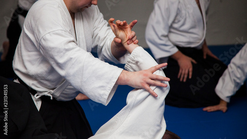 Photo Aikido athletes train in the dojo