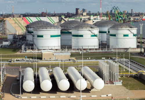 Photographie Liquefied natural gas(LNG) distribution station-LNG cisterns and oil terminal