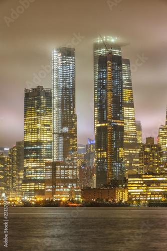 Foto auf AluDibond Brücken Manhattan skyline during rain, clouds sky.