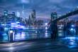 マンハッタンとブルックリンブリッジの夜景と人々