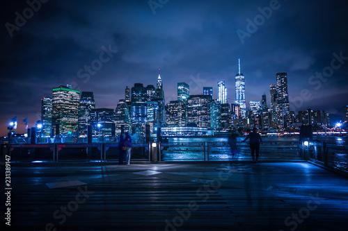 Fotografia マンハッタンとブルックリンブリッジの夜景と人々