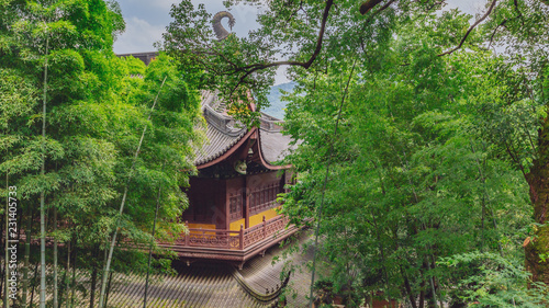 Photographie Traditional Chinese architecture among bamboos and trees, in Lingyin Temple, Han