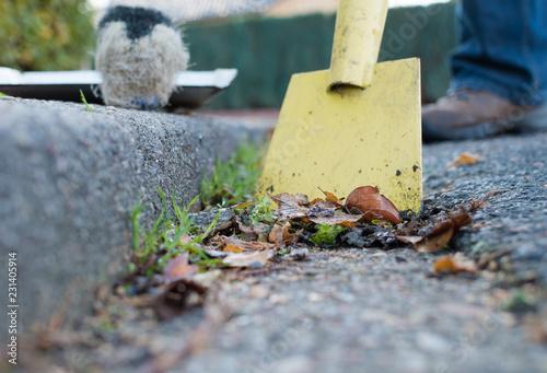 Cadres-photo bureau Jardin Mann reinigt den Rinnstein