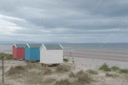 Photo Coast with colorful beach houses near Findhorn, Scotland