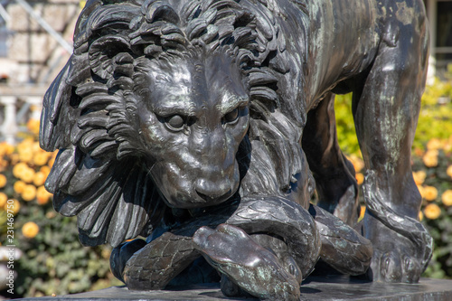 Deurstickers Historisch mon. Black Lion scuplture in English Garden