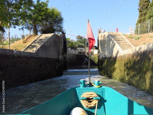 Fotografie, Obraz  Canal du Midi, proue d'un bateau franchissant les écluses de Fonseranes à Bézier