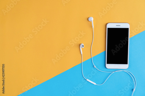 Foto  Top view, Modern workplace with smartphone placed on pastel background