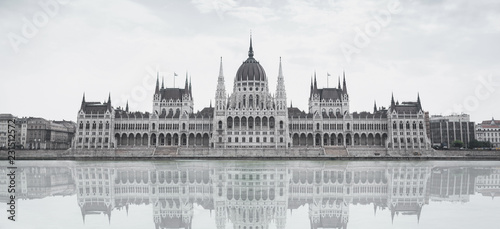 Foto op Aluminium Boedapest Parliament building in Budapest, Hungary on a cloudy day. Building facade with reflection in water