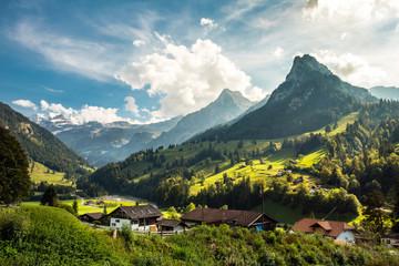 Kiental im Berner Oberland, Bergdorf, Landschaft und Berner Alpen, Schweiz