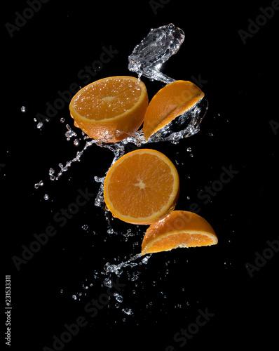 swieze-pomarancze-z-rozpryskami-wody