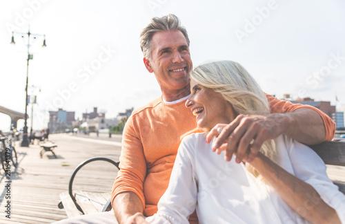Fotografía  Happy senior couple spending time at the beach