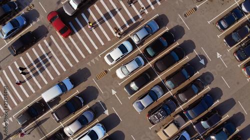 fragment-parkingu-z-samochodami-i-przejsciem-dla-pieszych-w-poblizu-centrum-handlowego