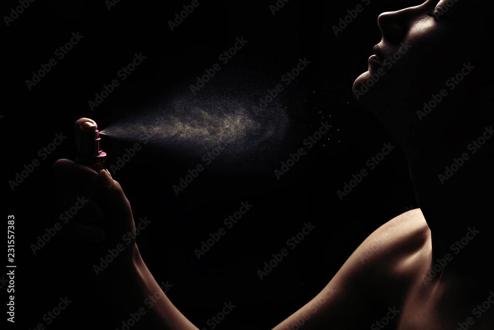 Fototapety, obrazy: Women's perfume spraying