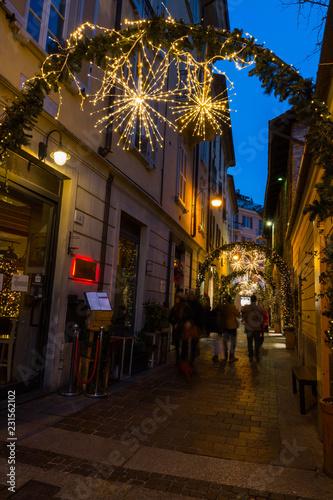 La città di Balocchi, centro storico di Como, Lombardia, Italia Fototapete