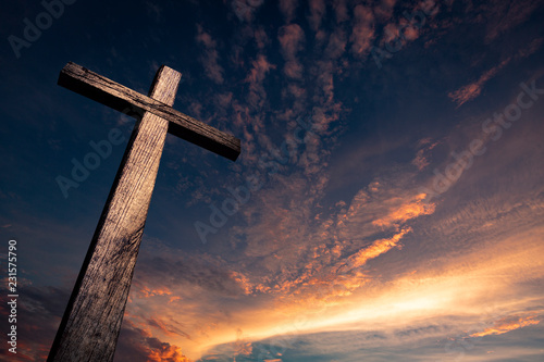 Foto The cross of salvation in a beautiful sunset