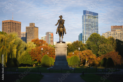 Deurstickers Historisch mon. George Washington monument at Public garden in Boston Massachusetts USA