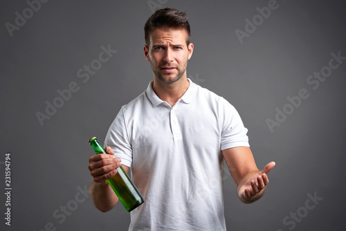 Fotografia  Young man with a beer