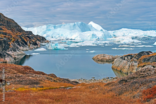 Spoed Foto op Canvas Arctica Icebergs Peeking Around the Corner