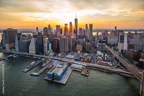 Montage in der Fensternische New York New York city at sunset aerial view