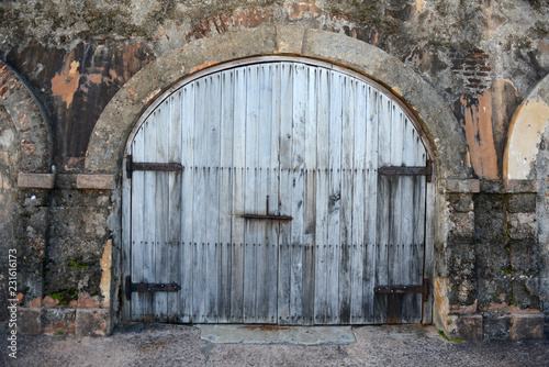 Spoed Foto op Canvas Historisch geb. Rustic door at Old San Juan in Puerto Rico