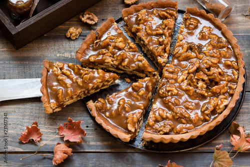 Fotografia Caramel and nut tart