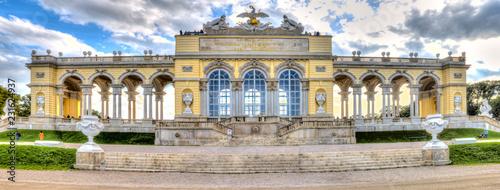 Die Gloriette im Schloßpark von Schloß Schönbrunn in Wien, der Hauptstadt Österreichs