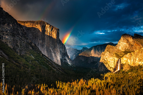 Photo Double rainbow over El Capitan seen from the Tunnel View oveerlook in California
