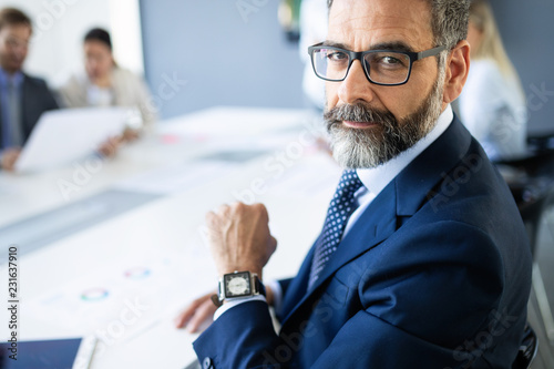 Foto Shot of thinking financial advisor businessman working in office.
