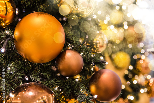 Festlich geschmückter Weihnachtsbaum mit Lichtflecken