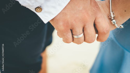 Close up of a married couple holding hands Fototapet