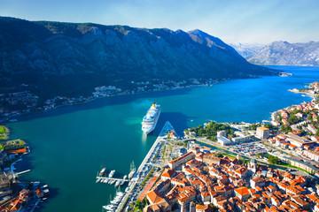 Widok z góry na duży statek turystyczny wpływa do Zatoki Kotorskiej w Czarnogórze