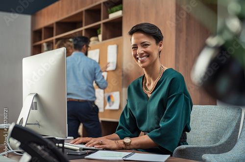 Papiers peints Echelle de hauteur Young businesswoman smiling at office