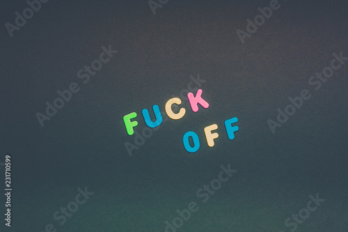 Photo Fuck off writing on black paper background