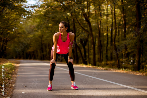 In de dag Ontspanning Young woman have a break during training in the autumn forest