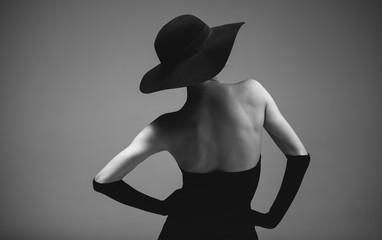 Kobieta w stylu retro w czerni i bieli
