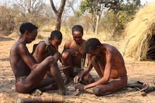 Buschmänner In Namibia Beim Feuer Machen