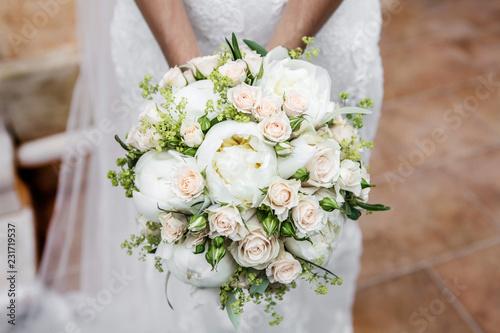 Bouquet Peonie Sposa.Dettaglio Di Bouquet Di Peonie E Rose Tenuto In Mano Da Una Sposa