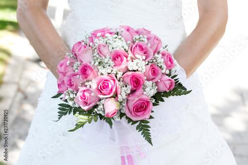 Bouquet Sposa Rosa E Bianco.Bouquet Di Colore Bianco E Rosa Shocking Tenuto In Mano Da Una