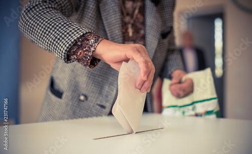 Obraz na plátně Person voting, casting a ballot